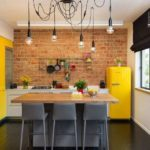 Желтый холодильник в кухне с кирпичной стеной
