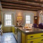 Деревянный потолок в кухне гостиной