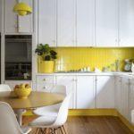 Желтая чашка с фруктами на кухонном столе