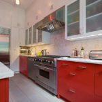 Гарнитур с белым верхом и красным низом с матовыми кухонными фасадами и мраморной столешницей в прямоугольной кухне