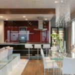 Гарнитур в цвете бордо для кухни-гостиной