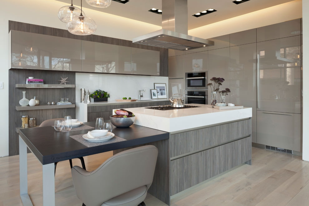 Блестящие поверхности серого гарнитура в кухне с островом