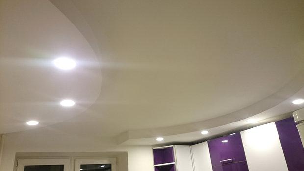 Белый потолок кухни с точечными светильниками