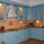 Голубая классическая кухня с коричневым фартуком и столешницей