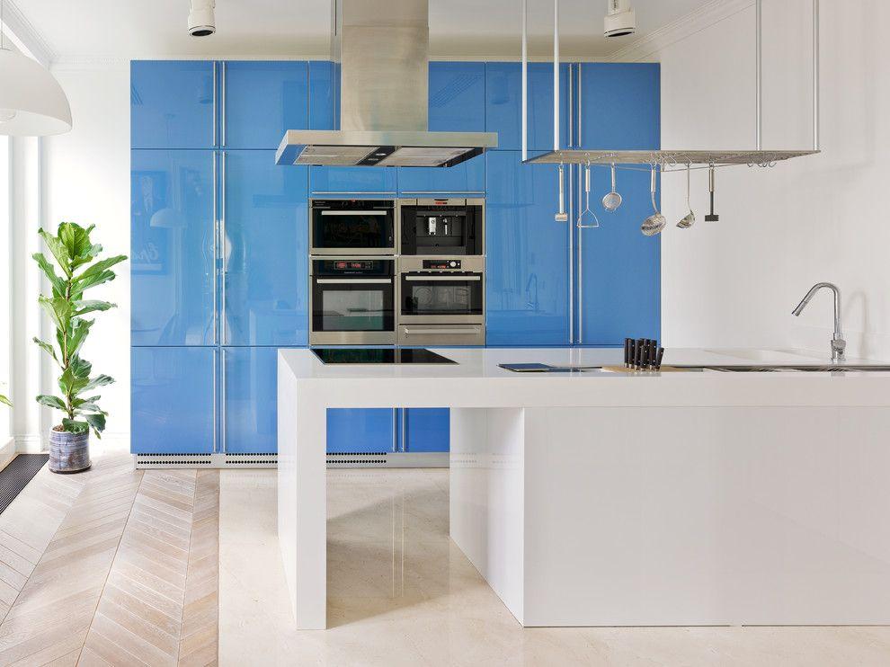Интерьер голубой кухни в стиле хай-тек