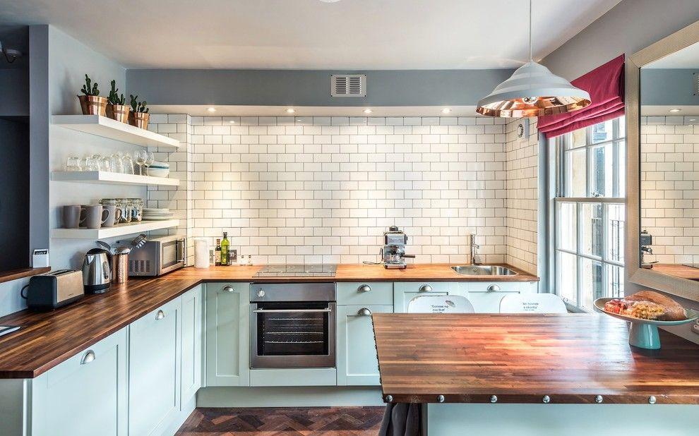 Деревянные столешницы на кухне в стиле кантри
