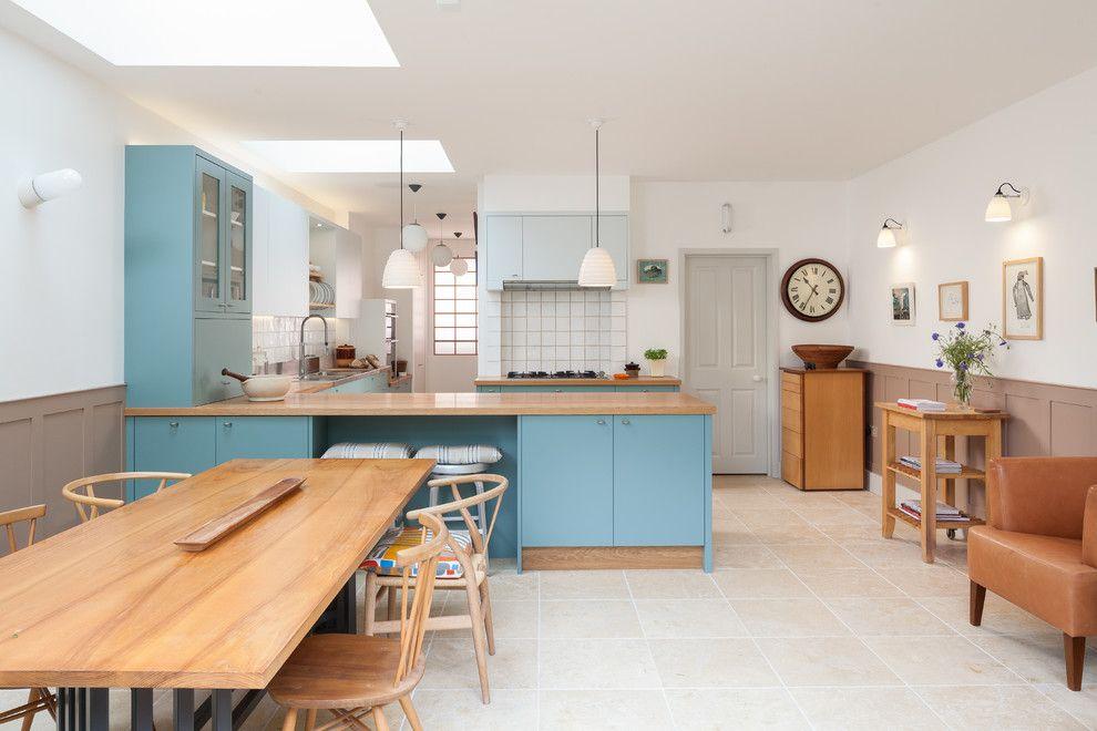 Интерьер просторной кухни в бело-голубом цвете
