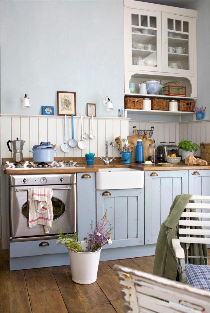 Деревенская кухня с мебелью светло-голубого цвета