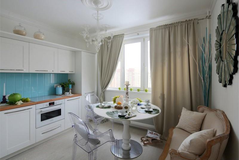 Голубой фартук в кухне с диванчиком у стены
