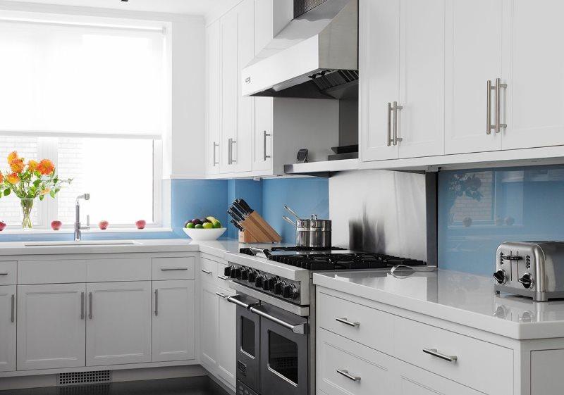 Угловая кухня с фартуком голубого цвета