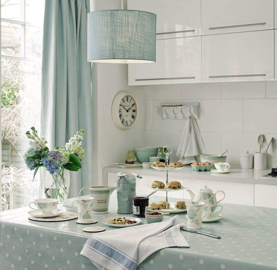 Голубая скатерть на кухонном столе