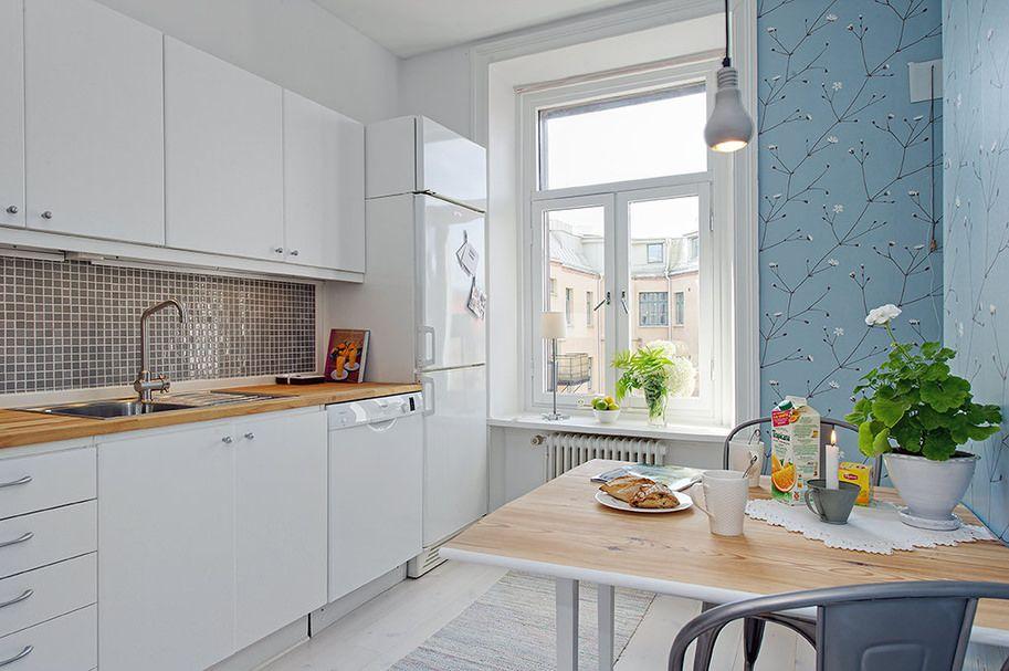 Интерьер кухни с голубыми обоями и белым холодильником