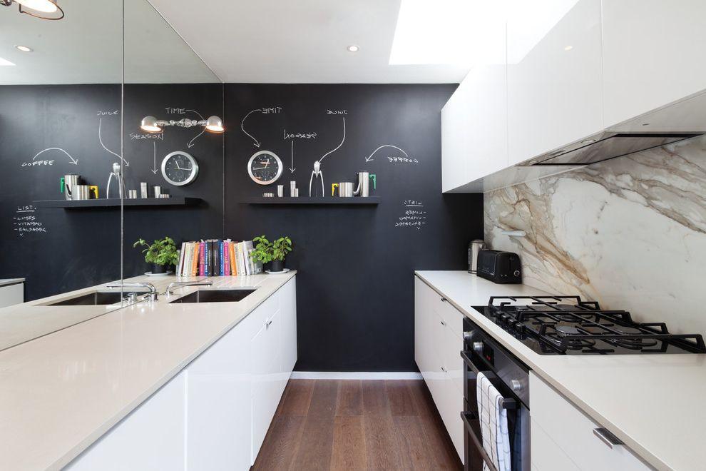 Грифельная стена в интерьере кухни с белой мебелью