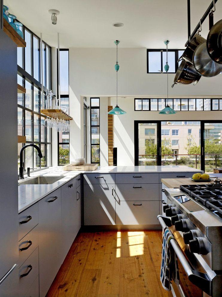 Кухонный гарнитур с фасадами грязно-голубого тона