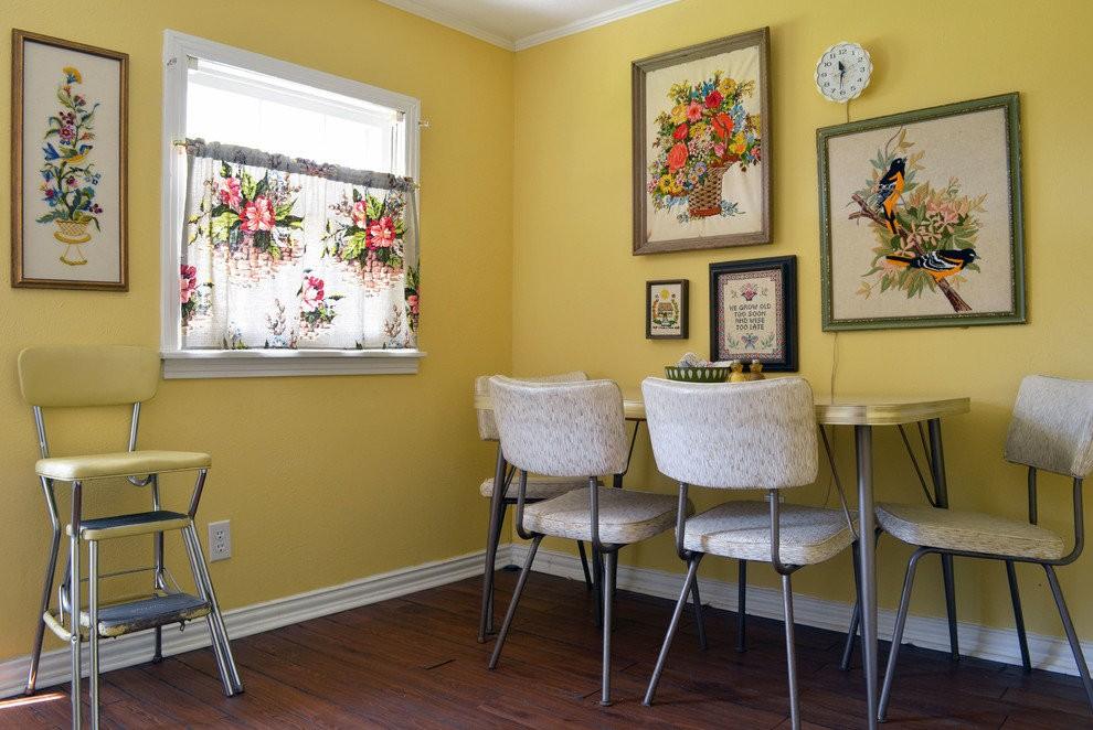 Картины на желтых стенах кухни в сельском доме