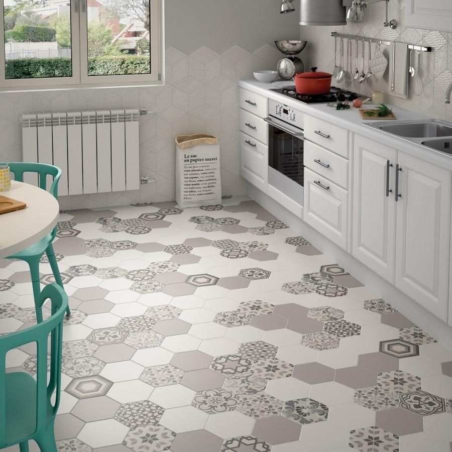 Керамический пол кухни в оттенках серого цвета