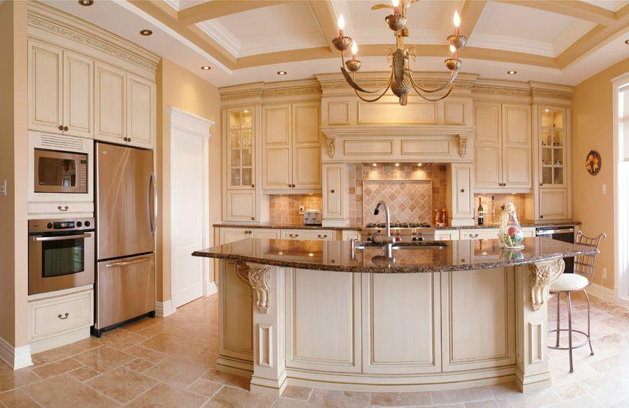 Кухонный остров в кухне с персиковой мебелью