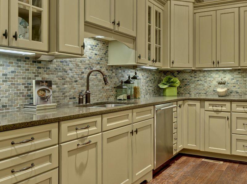 Керамический фартук из мозаики в кухне с деревянным гарнитуром