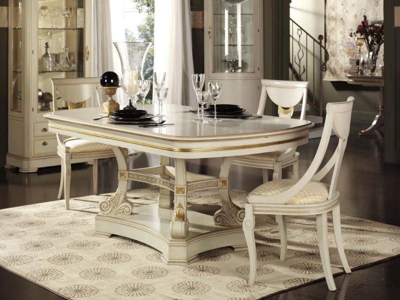 Обеденный стол и стулья в кухне стиля классики