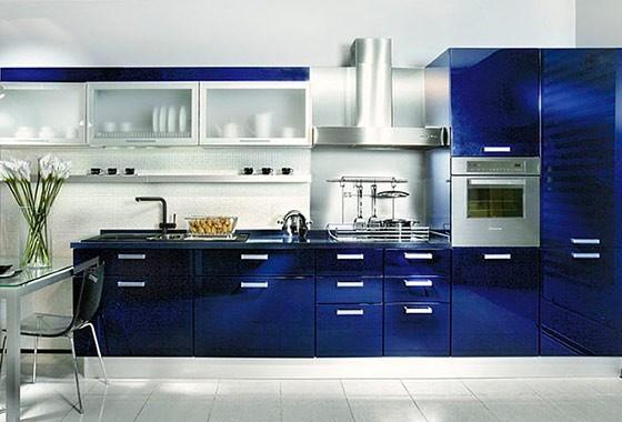 Темно-синий и металлик на кухне