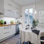 Белая скатерть на столе кухни