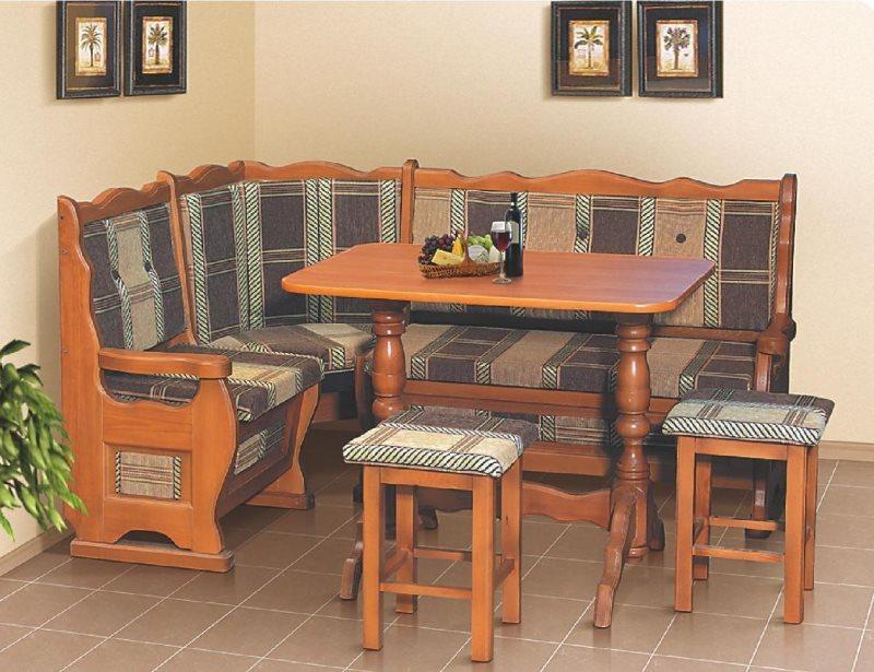 Кухонный гарнитур из дерева с угловым диванчиком