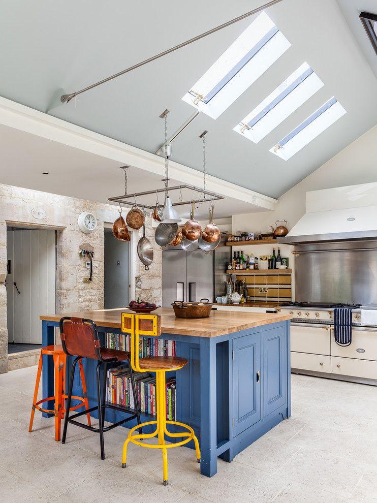 Барные стулья контрастной расцветке на кухне с голубым потолком