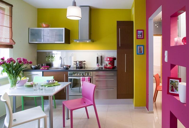 Розово-желтая кухня в современном доме