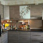 Светло-коричневые фасады кухонного гарнитура