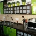 Сочетание зеленого и коричневого цветов в кухонной мебели