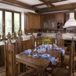 Деревянные стулья с высокими спинками