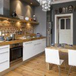Деревянный пол в кухне с серыми стенами