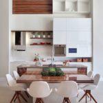 Коричневый стол с лакированной поверхностью
