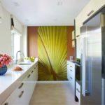 Коричневая стена в торце узкой кухни