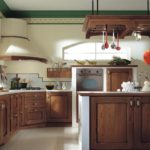 Зеленый потолочный плинтус в сельской кухне