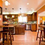 Освещение кухни гостиной с деревянной мебелью
