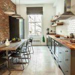 Линейная кухня с кирпичной стеной