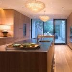Интерьер вытянутой кухни с большим окном