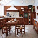 Обеденная зона кухни с деревянной мебелью