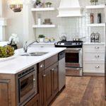 Деревянный пол в кухне с белыми стенами