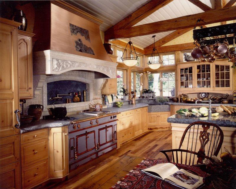 Интерьер кухни в стиле кантри с деревянной мебелью