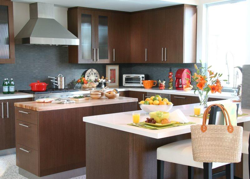 Коричневая мебель на фоне серых стен кухни