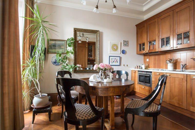 Интерьер кухни с деревянным гарнитуром коричневого цвета