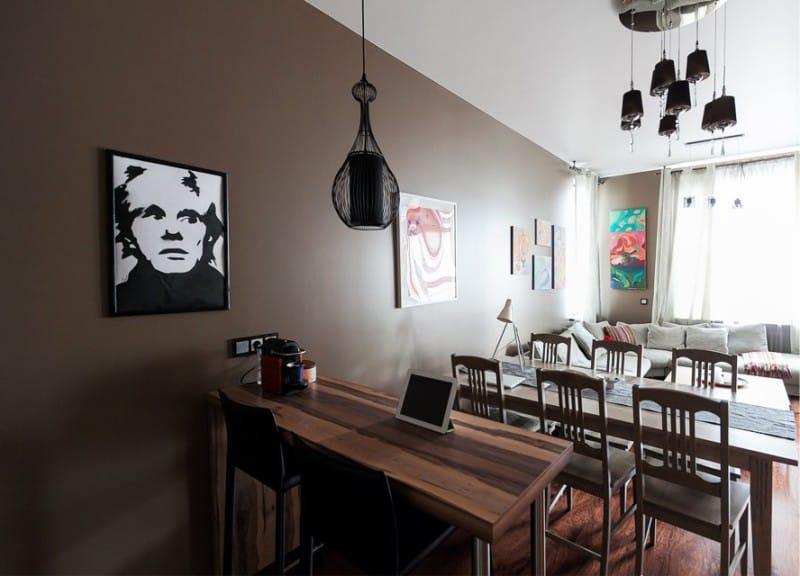 Коричневая стена в кухне с хорошим естественным освещением