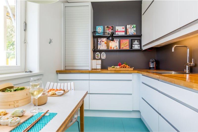 Голубой пол в маленькой кухне с деревянной столешницей