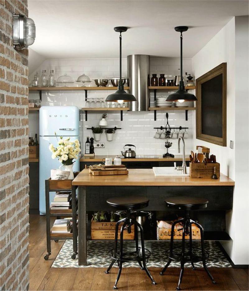 Коричневые полки на белой стене кухни