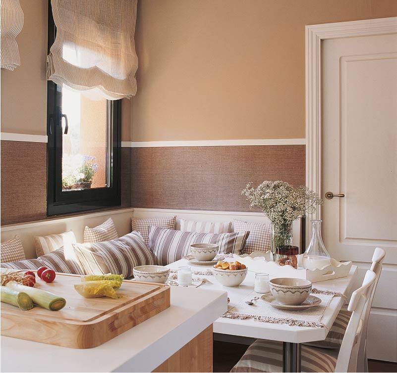 Коричневые стены в кухне с мягким уголком