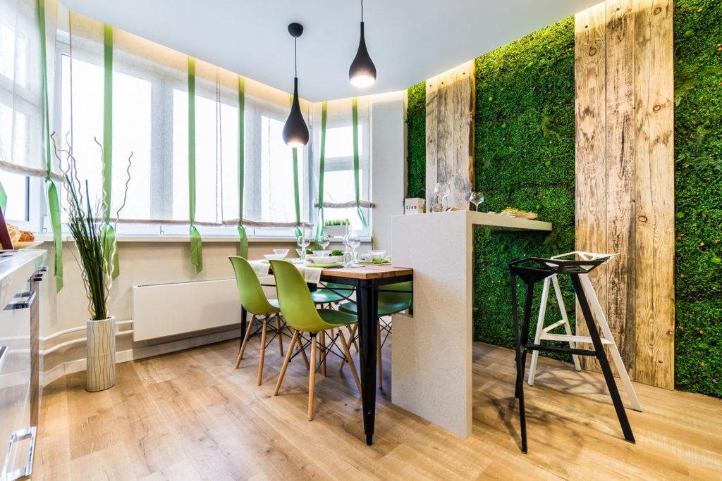Короткие шторы на кухне в экологическом стиле