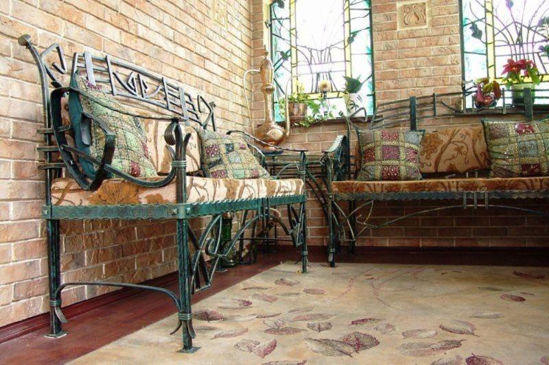 Кованная мебель в интерьере кухни в загородном доме