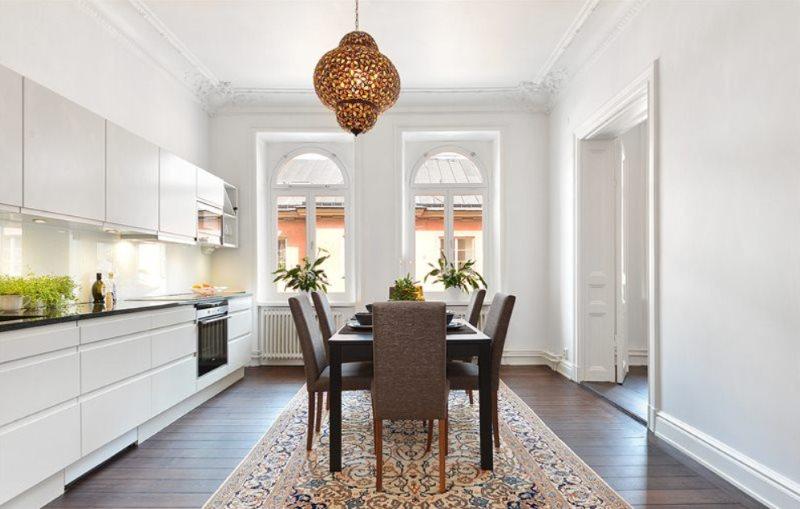 Зонирование пространства кухни ковровым покрытием